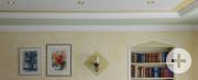 Abgehängte Decken mit integrierten Strahlern, Stuckdekor, kreative Spachteltechniken und ein ehemaliger Durchgang, der jetzt als Bücherregal dient - der Kreativität sind (fast) keine Grenzen gesetzt. Aufgenommen im Wohnhaus Rauter in Dietersweiler.